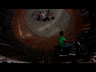 Индусы гоняют по стенам